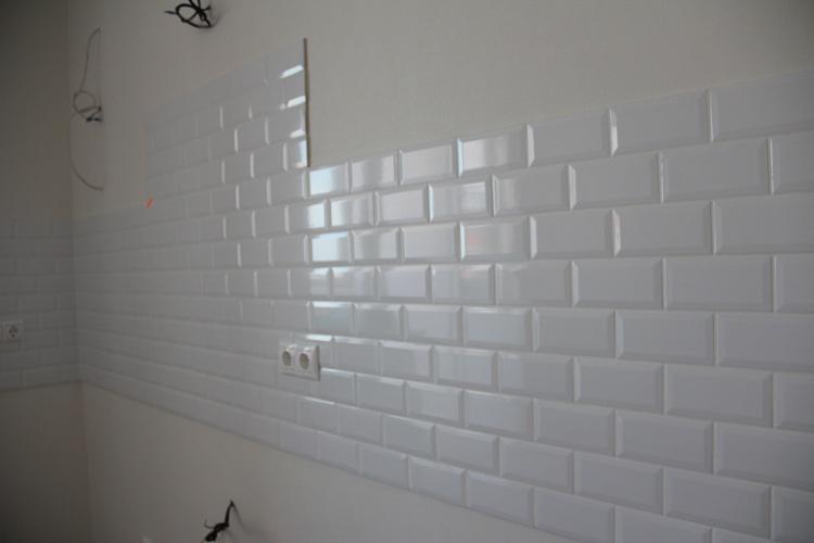 Ремонт кухни, белый фартук из плитки.