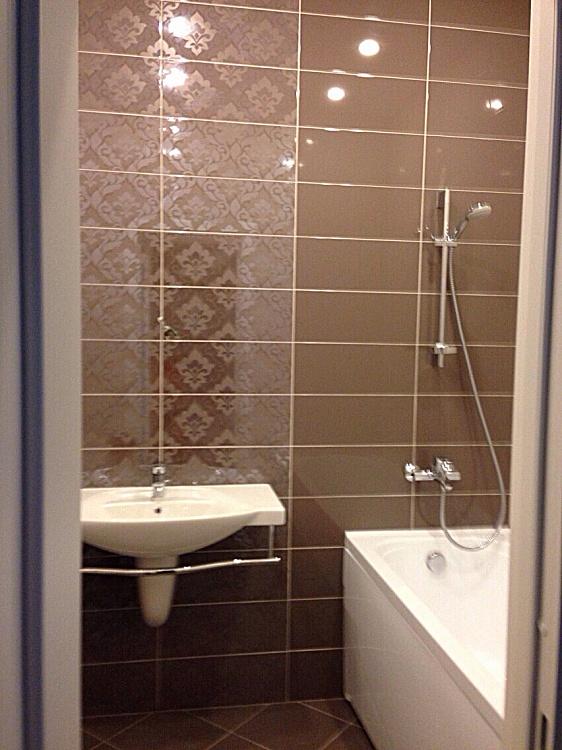 Ремонт ванной комнате плиткой в коричневом цвете.