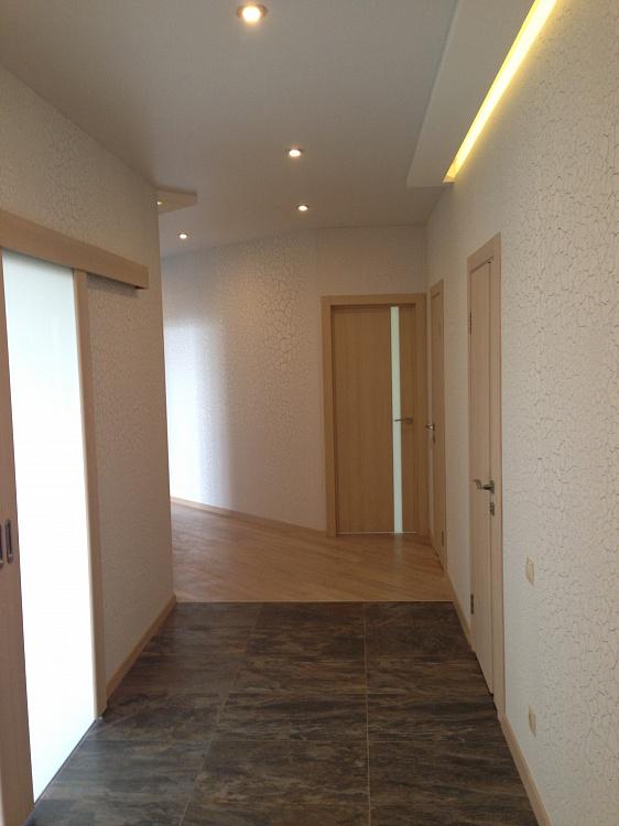 Ремонт коридора, двери и подсветка.