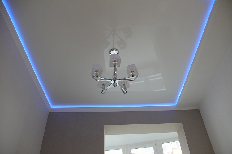 Ремонт потолка в комнате с подсветкой.