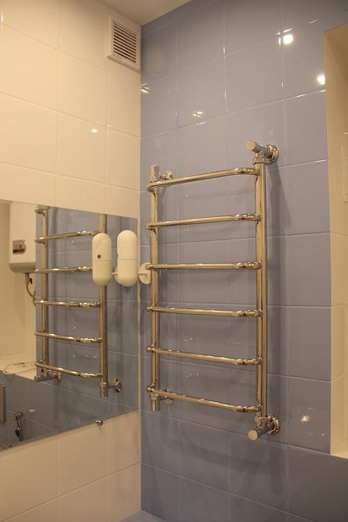 Ремонт ванной комнаты плиткой синего цвета.